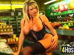 A süpermarkete az Busty Blonde fahişe