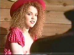 Reizvolles Girl zeigt heiße behaarte Muschi und Arschloch