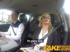 Fake Driving School Lernende Nerven beruhigt von fucking hot blonde Prüfer