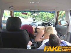 Falska Driving School Studerandes nerver lugnade av jävla het blondin examinator