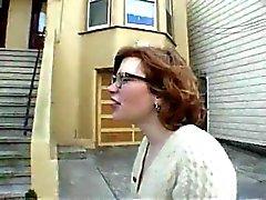 Harige redhead tiener knippert in het openbaar - N. C.