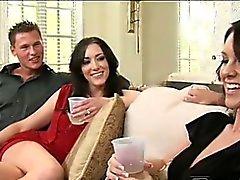 Leggy sexigt Audrey övertalade henne tvekande hennes fästman Bevilja till