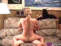 Biondo divano cazzo