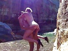 Blonde aux seins naturels parfaits baisés contre un rocher
