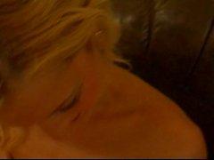 Cutie blonde undresses et les explose le POV