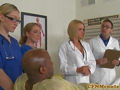 Доктор и медсестры, вскармливающие и трахающиеся