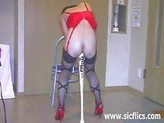 L'esclave l'extrême brutalement baisé avec d'une énorme bâton de baseball