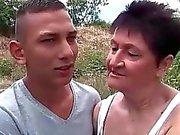 Sexig Farmor knulla henne barn pojkvän utomhus