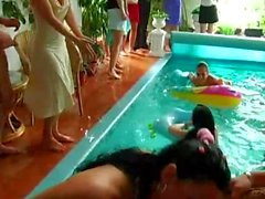 Bebés Sexy Party se clava en la piscina
