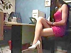 Ev yapımı seks makinesi ile ofiste crossdresser
