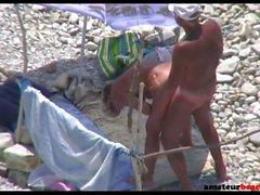 Coppia la moglie di nudisti fa scopare sulla spiaggia pubblica di