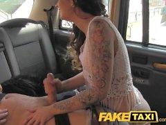 FakeTaxi La brunette saucine parle du chauffeur dans le sexe
