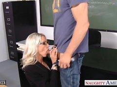 Секс преподаватель Emma Стар принимать хуй в классе