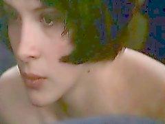 Juliette Binoche considérée complètement nu de l'arrière comme elle