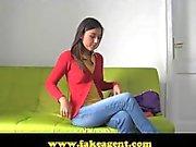 FakeAgent amusant doum et les plein la tronche sexy de brunette