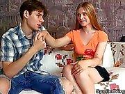 Augustine nimmt zwei Spermaladungen von ihrer Glück männliche Freunde