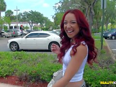 Junge Redheadfrau Latina enthüllt Brustwarzen-Piercing an Jmac