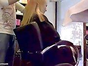 Blonde Blauen Engels und sandigen haben Spaß im Frisör Atelier