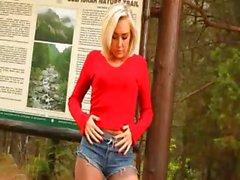 blond Baby in Strumpfhosen Hänselei Waldes