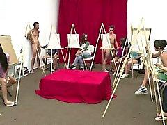 Grupo de muchachas de CFNM mamando vergas amateur en clase de arte de