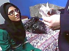 Pretty arabische gal saugen einen großen englischen Hahn für ein Zimmer