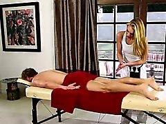 Sanfte Babys auf speziellem Massagebett