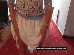 ménagère britannique Homely soulève sa jupe et montre serrés culottes en coton rouge