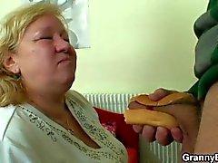 Hän poimii sekä nai valtava mummolle