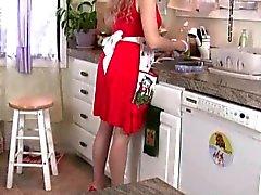 Mamma viene sopraffatto con la sua figa palpitante in cucina