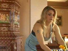 Böse blond Dienstmädchen glänzt mit ihren riesigen Meisen und Nippeln