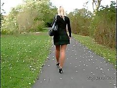 Reizvolles blonden Sekretärin verleiht Ihrem Fetisch eine Štúr in hochhackigen Schuhen