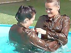 Gina a l'action à la piscine , toutes les deux faisant