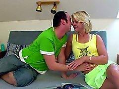 Deutsch Mama mit junger Junge wenn Hahnrei nicht zuhause gefickt