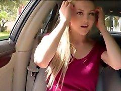 Menina de adolescentes tetas suculentas grande do Mila de Evans erraram no automóvel