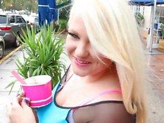 Blonde blonde potelée noircie par un voyou porno interracial