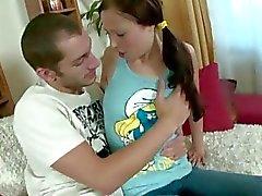 Het amatör pigtailed bunny blir ungefär körd av hennes pojkvän