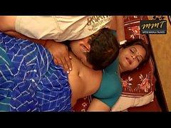 Indian House Frau im Bett mit ihrem Ehemann Freund, als sein Mann tief schlafend