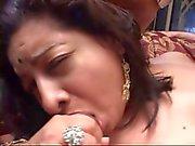 Pullea intialainen babe kanssa iso perse sängyllä sucking ja vittu kahdesta kyrpää