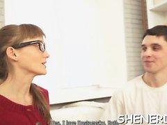 Еловый девочка в сексуальная очках нужен секс а флиртует с мальчиком