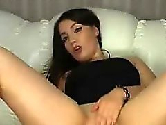 Brunette sedutor masturbar suavemente e esfrega seu humor do bichano