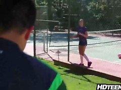 Sie saugt an Fußball, aber fickt wie ein Weltmeister