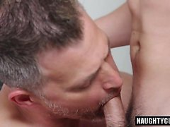 Sexe oral avec sexe grossier avec éjaculation