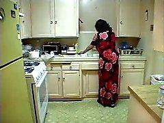 bbw granny strippes en zuigt grote lul