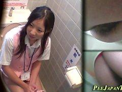 Aasialaiset päärynät julkisessa wc: ssä