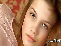 Petite 19yo meisje plagen zichzelf op bed