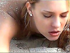 sottile del sesso arte del Coppie cornea sul spiaggia di