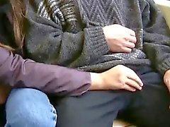 Mädchen liebt Hahn zu saugen über öffentlichen Räumen