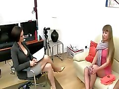 Ukraine chicas lamiendo y fumando en sofá