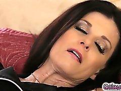 Megan kisses indiska lårens samt slickar i hennes fitta