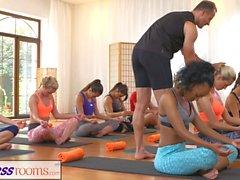 FitnessRooms Group yoga session avslutas med en svettig creampie